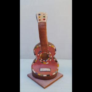 Guitarrita rosa Fermín Hache cerámica
